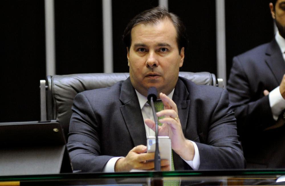 Rodrigo Maia faz manobra inusitada para aprovar urgência de projeto