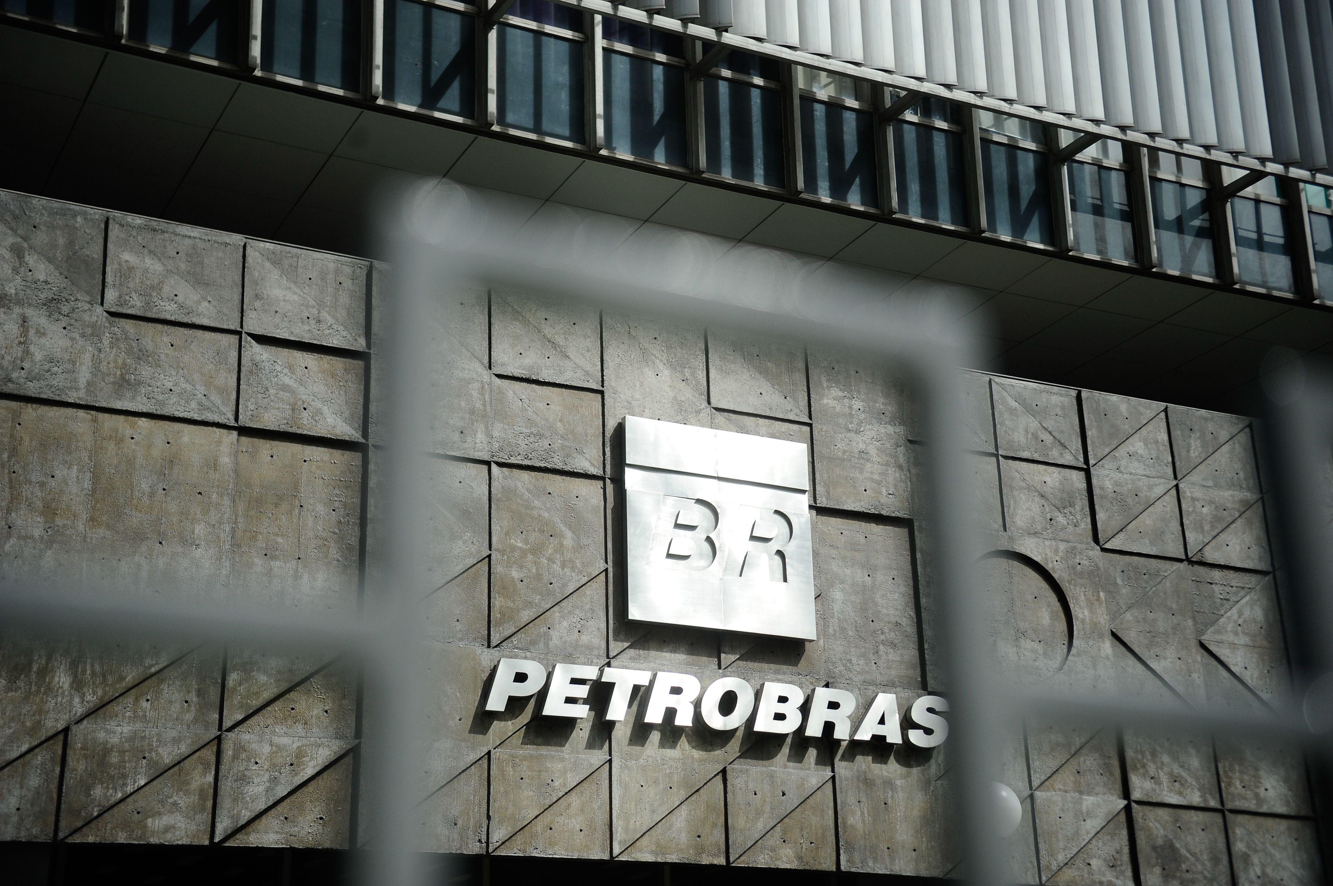 Petrobras paga os maiores salários, e Eletrobras, os menores, dentre as cinco principais estatais brasileiras