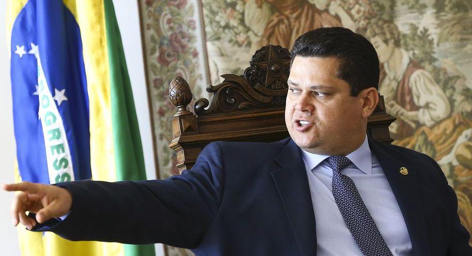 Alcolumbre entra em disputa por agências de transportes e governo paralisa nomeação na ANAC