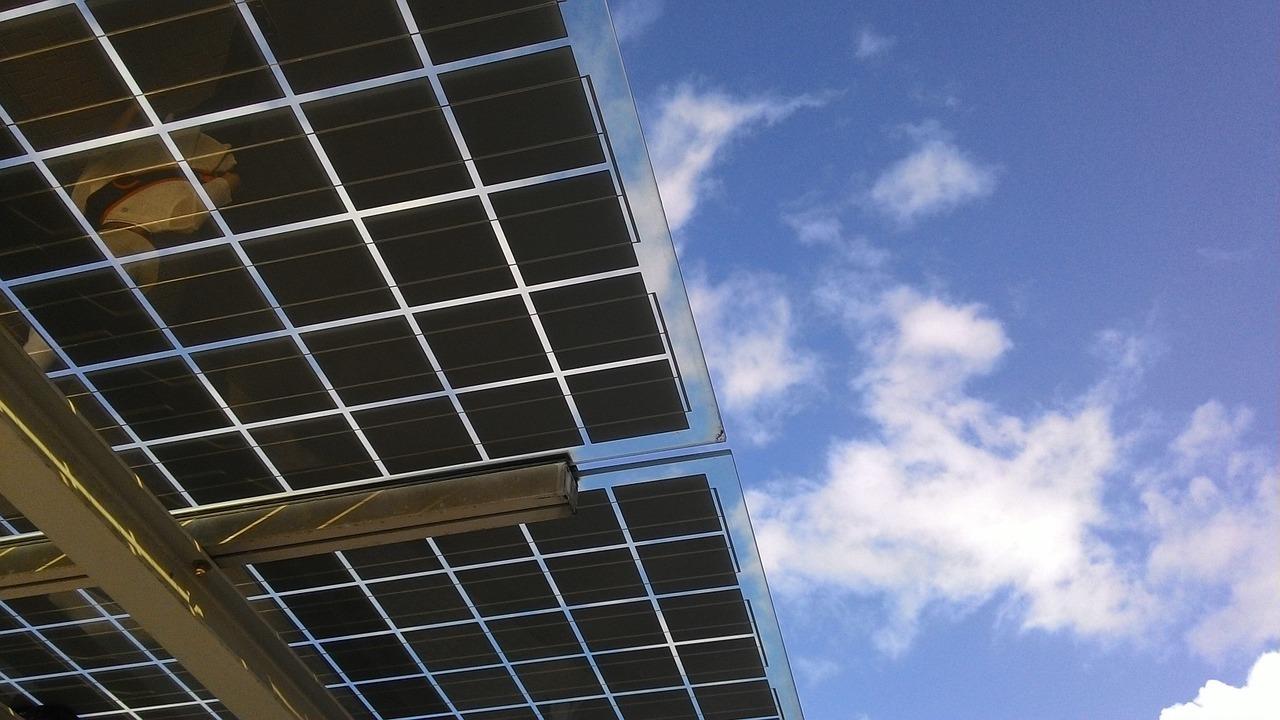 Entidades de energia solar reagem à manutenção de imposto sobre material importado